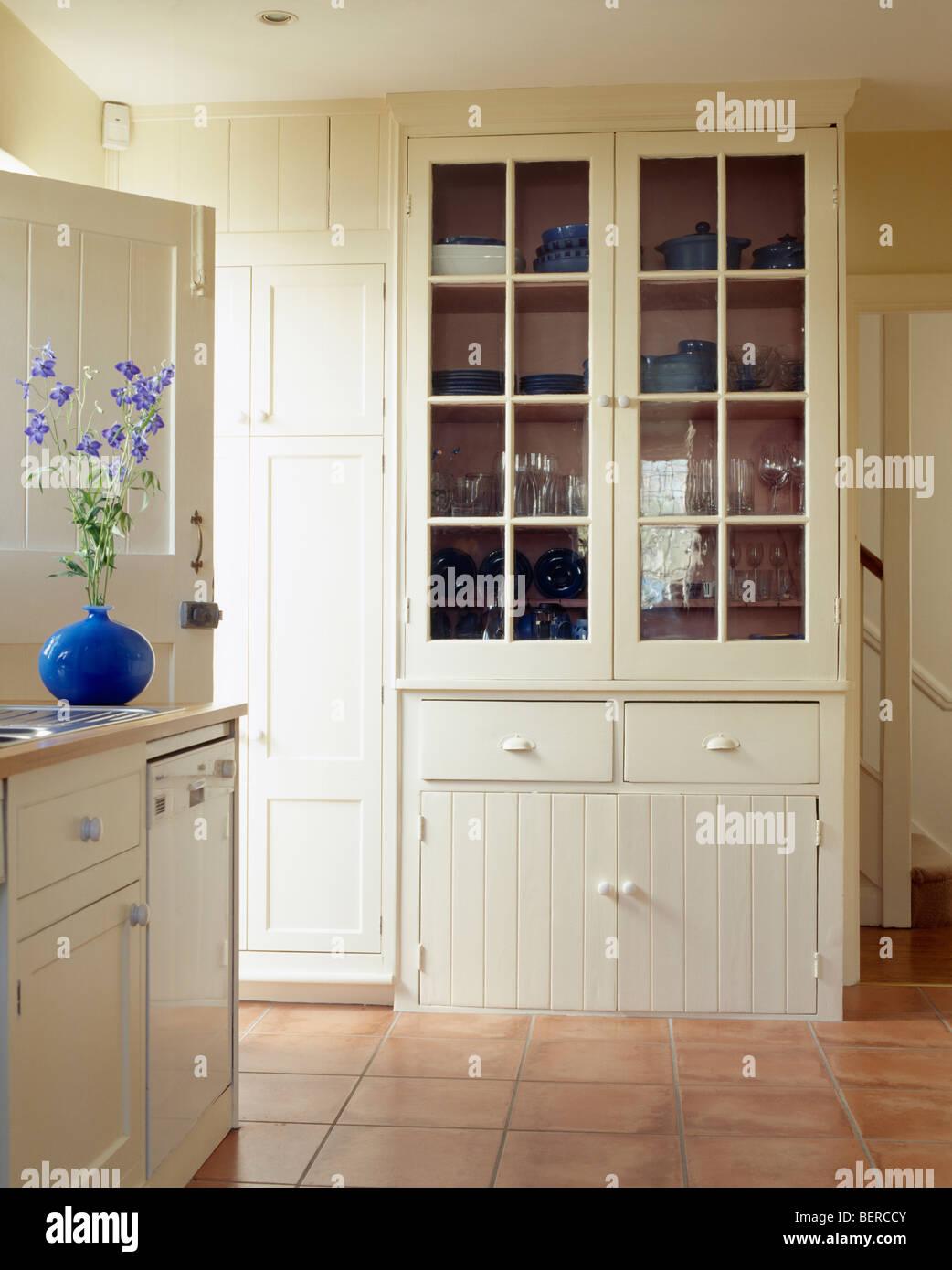 Creme Kommode in cremefarbenen Landhausküche mit gefliesten ...
