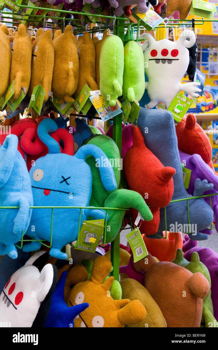 Bunte Spielsachen im Spielzeugladen auf rack Stockbild