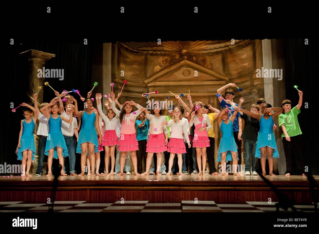 """Schüler der Junior Schule durchführen """"Royal Dance"""" an der St George School, Cape Town, Südafrika Stockbild"""