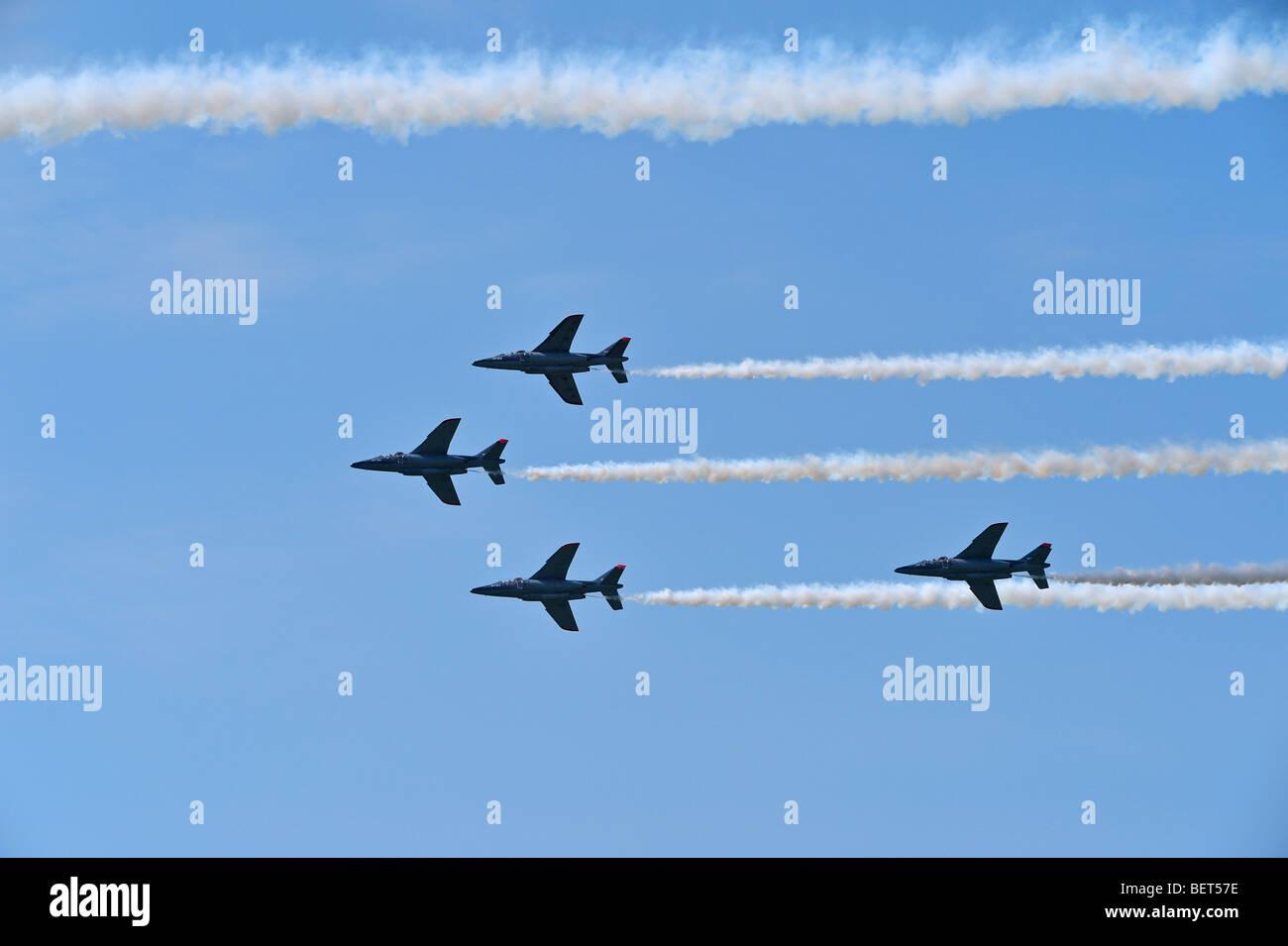 Alpha Jets fliegen in Formation auf der Airshow in Koksijde, Belgien Stockbild