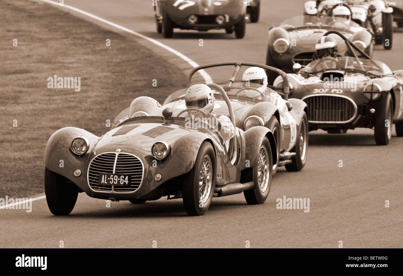 1952 Maserati A6GCS führt eine Gruppe von Autos während des Rennens Madgwick Cup 2009 beim Goodwood Revival, Stockbild