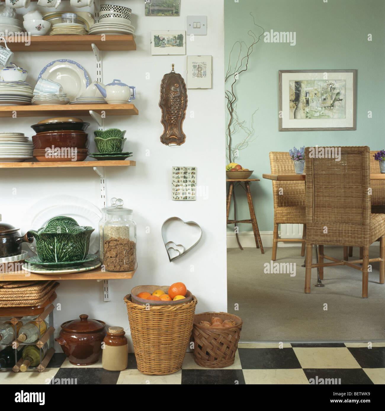 Geschirr für Küche aus Holz Regale neben Eingang zum Speisesaal mit ...