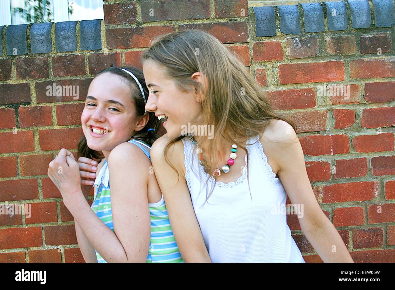 zwei Mädchen um Hanteln und Spaß Stockfoto