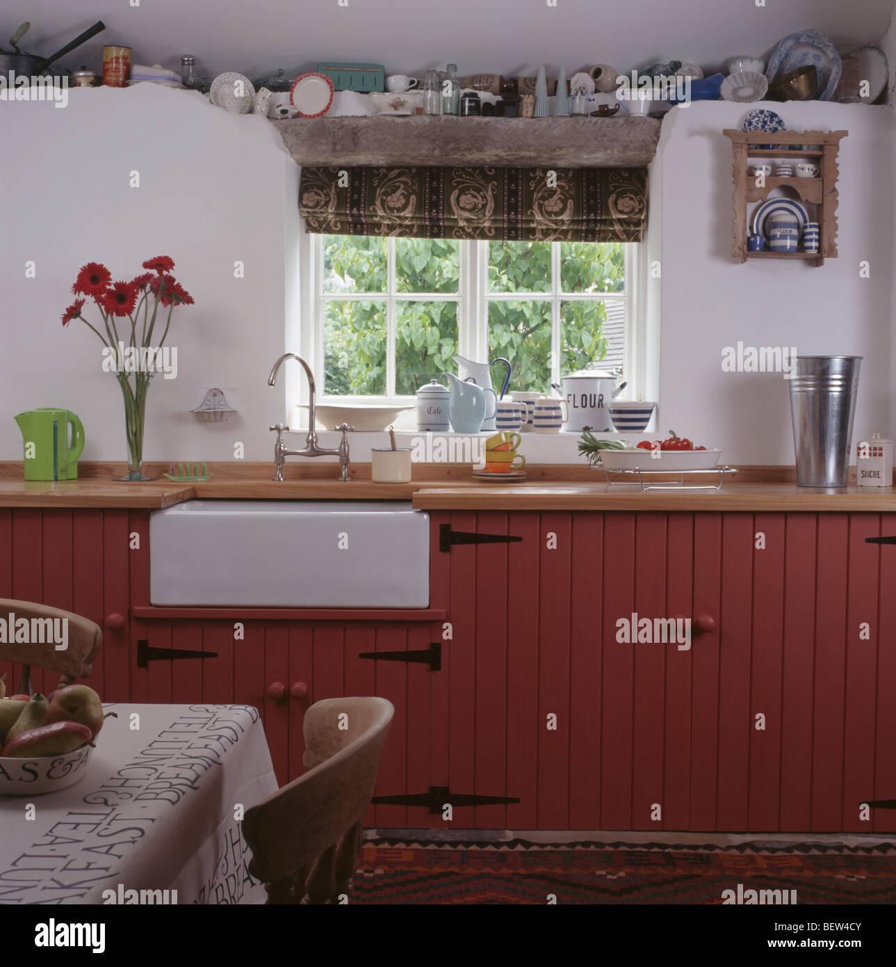 Weiße Belfast Waschbecken unter Fenster in weißen Cottage-Küche mit ...