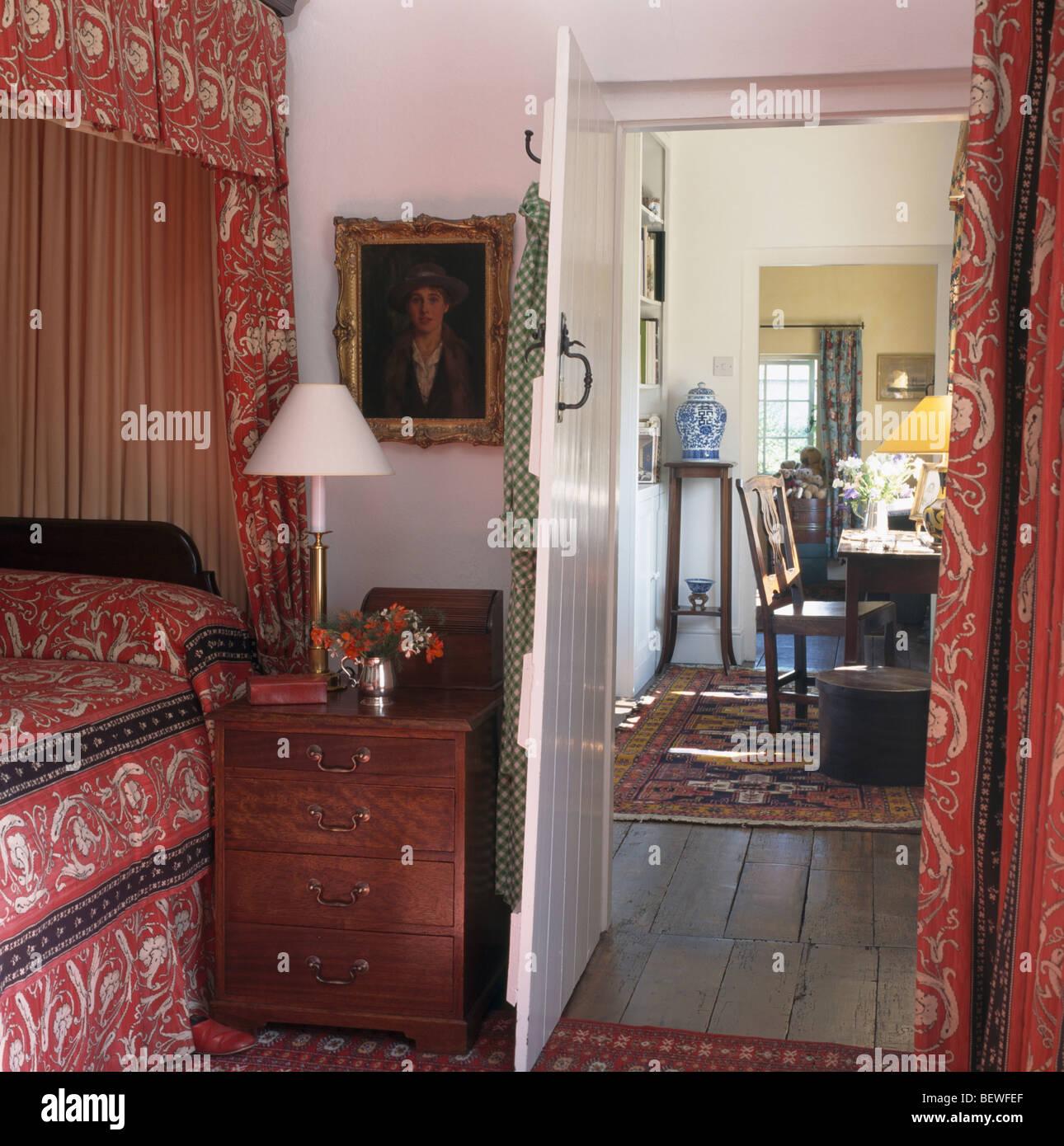 Rote Bettdecke Und Vorhänge Am Himmelbett Im Land Ferienhaus Schlafzimmer  Mit Tür Offen Bis Zur Landung