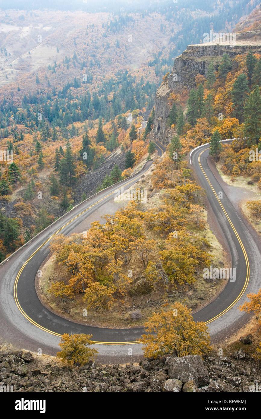 Erhöhte Ansicht einer Autobahn, Historic Columbia River Highway, Columbia River Gorge, Mosier, Oregon, USA Stockbild