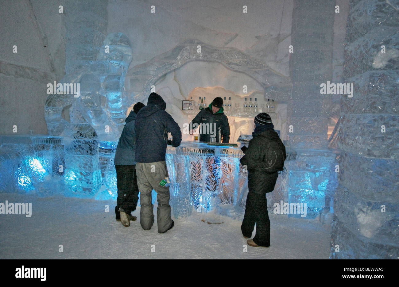 Besucher bestellen Getränke im N\'Ice Club (Lounge) des Eishotels bei ...