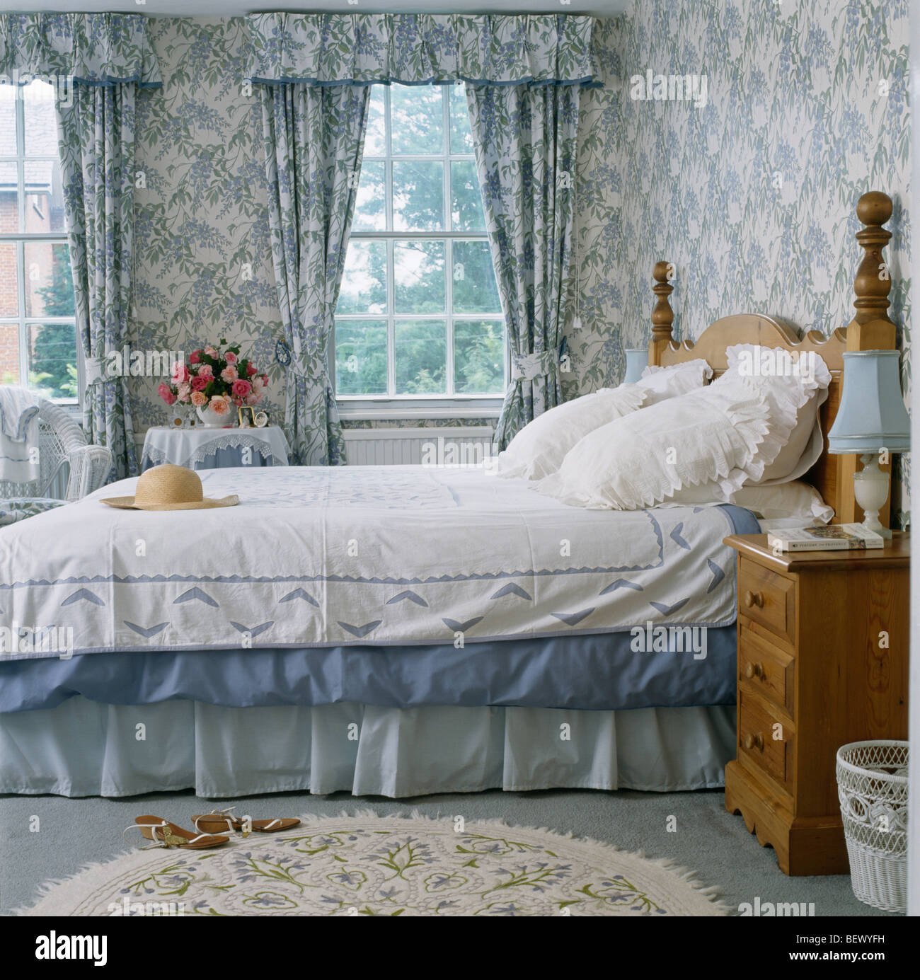 Blaue Weisse Tapete Und Passende Gardinen Im Traditionellen Landhausstil Schlafzimmer Weisser Spitze Kissen Weissen Bettdecke Auf Bett