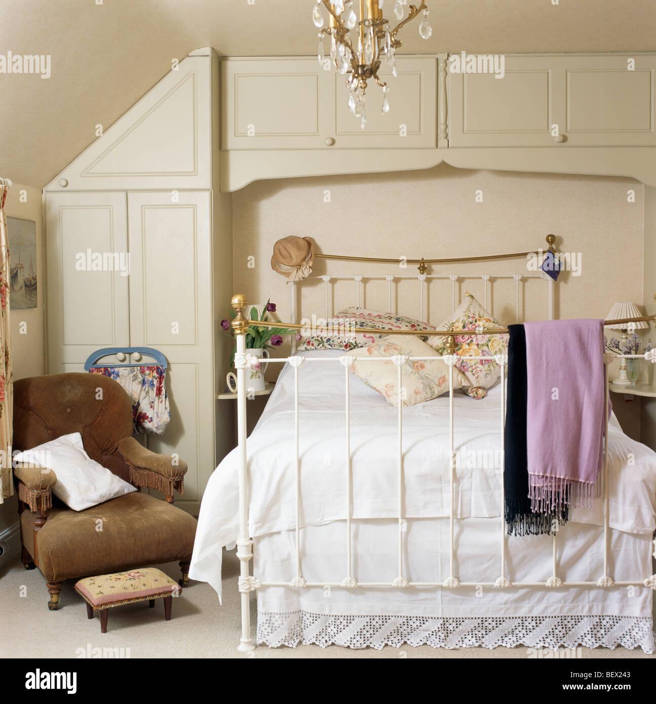 Braunen samt Sessel neben Messingbett mit weißen Bettwäsche im Land ...