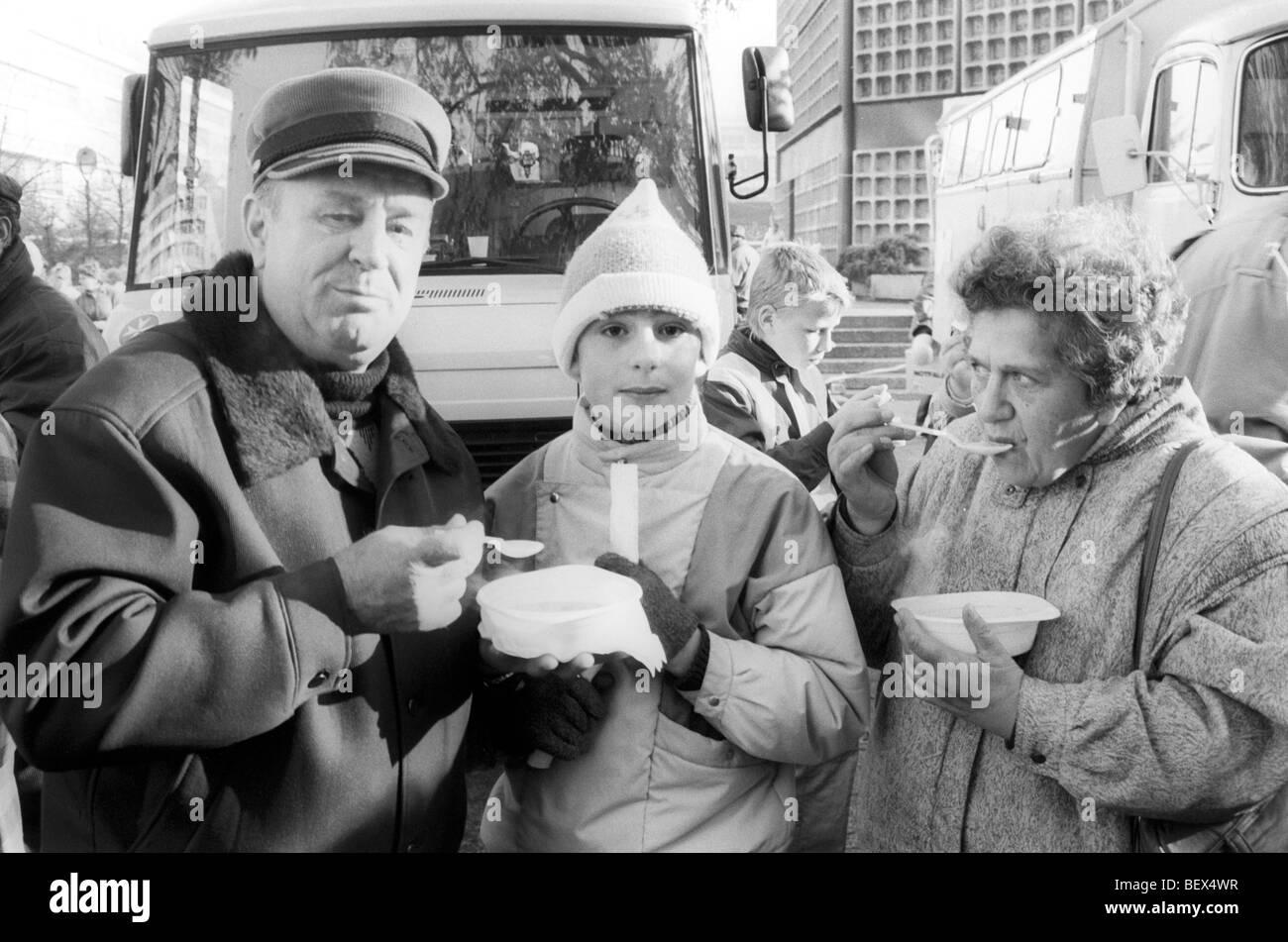 Menschen Aus Der DDR Essen Suppe Aus Freien Suppenküche Während Eines  Besuchs In West Berlin,