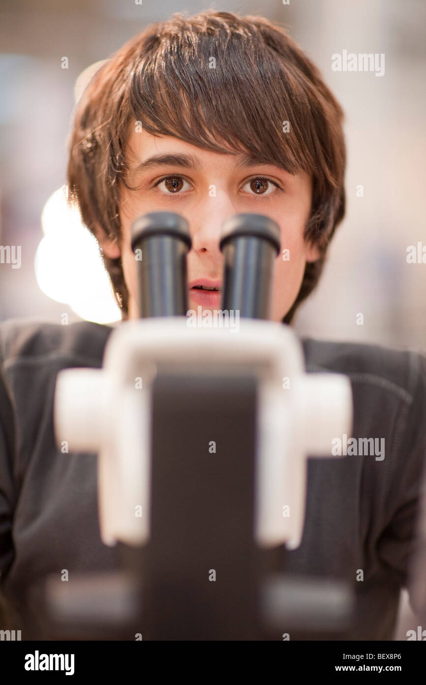 Schüler arbeiten mit einem Mikroskop. Stockbild