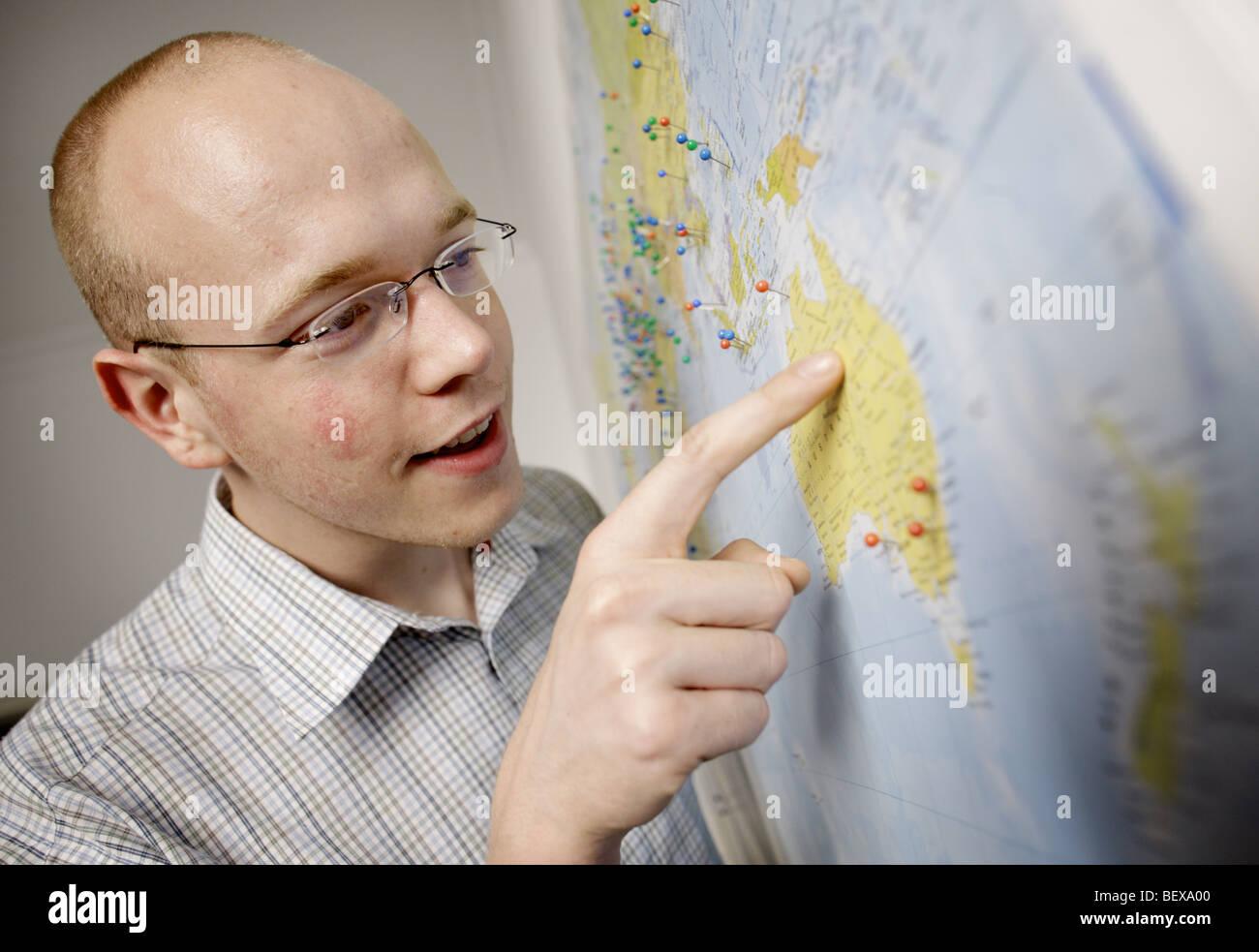 Junger Mann will nach Australien zu gehen. Stockbild