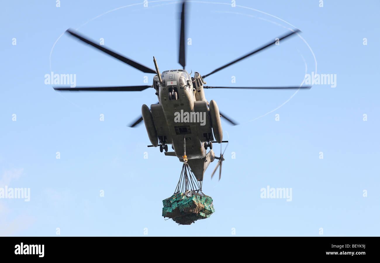 US Navy CH-53 unter Stereofernseher mit ShelterBoxes, Hula Banda Stockbild