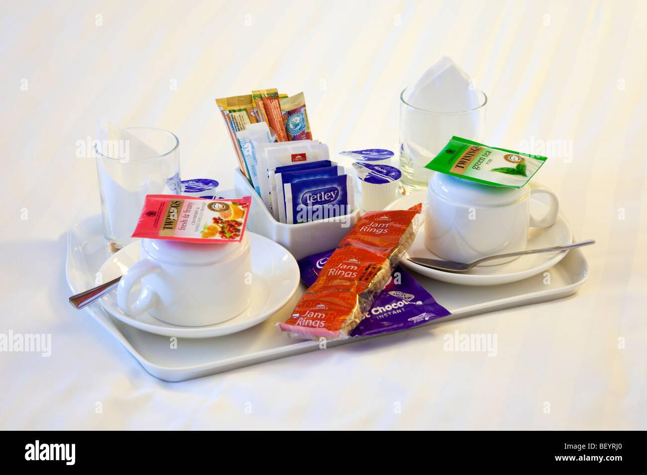 Tee und Kaffee auf dem Zimmer Bed Stockbild