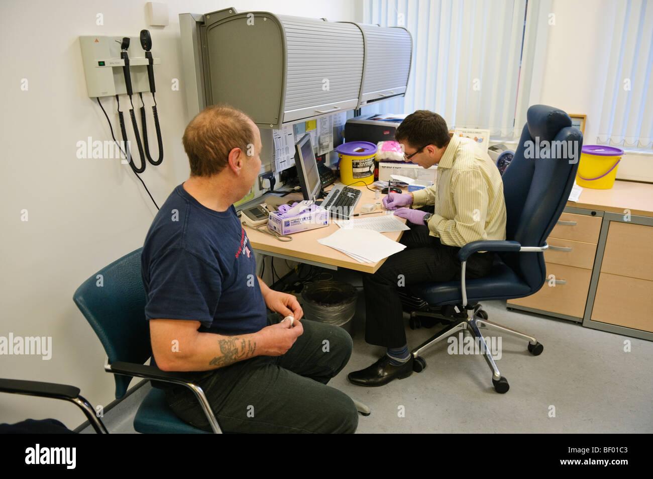 Arzt und Patient in ein Sprechzimmer bei einem GP