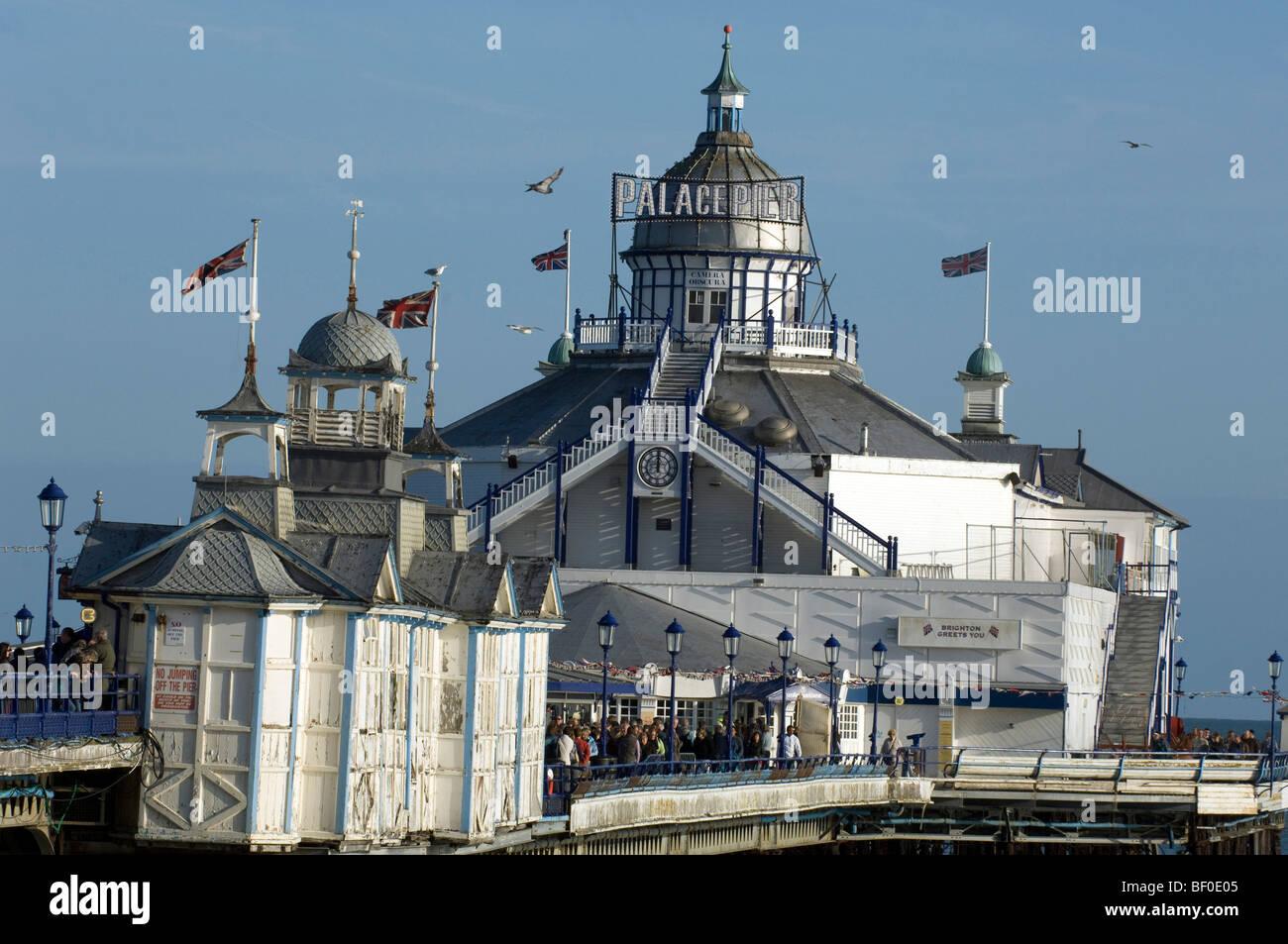Eastbourne Pier Maskeraden als Brighton Palace Pier für die 2009 Lage Dreharbeiten einer 1960er-Jahre-Version Stockbild