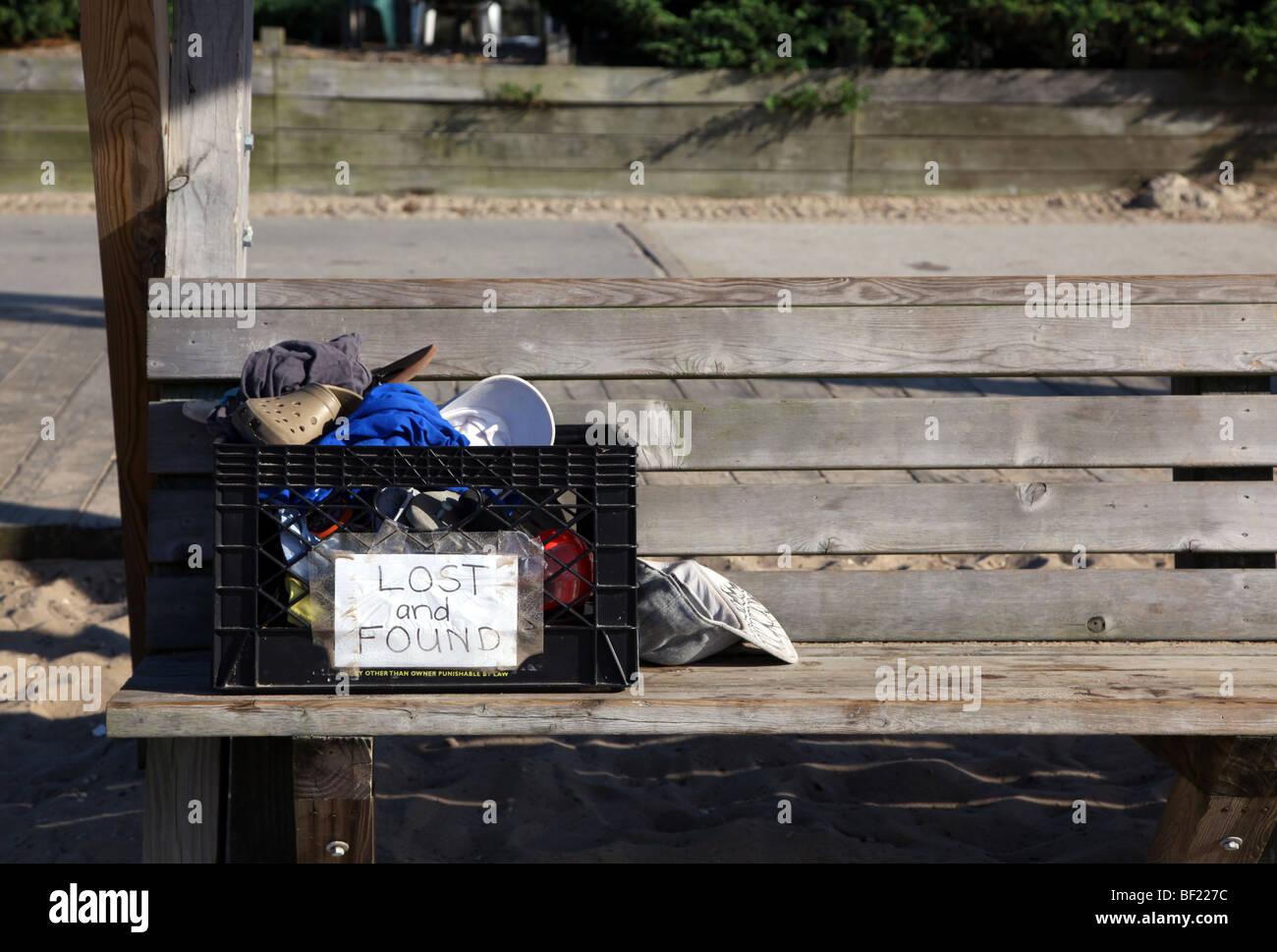 Informelle Kiste von Lost & Found Objekte auf einer Strand-Bank, Fair Harbor, Fire Island National Seashore, Stockbild