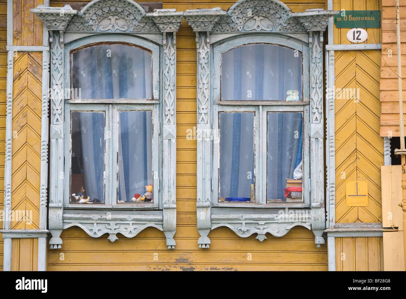Holzfassade eines Wohnhauses in Uglitsch, Oblast Jaroslawl, Russland Stockbild