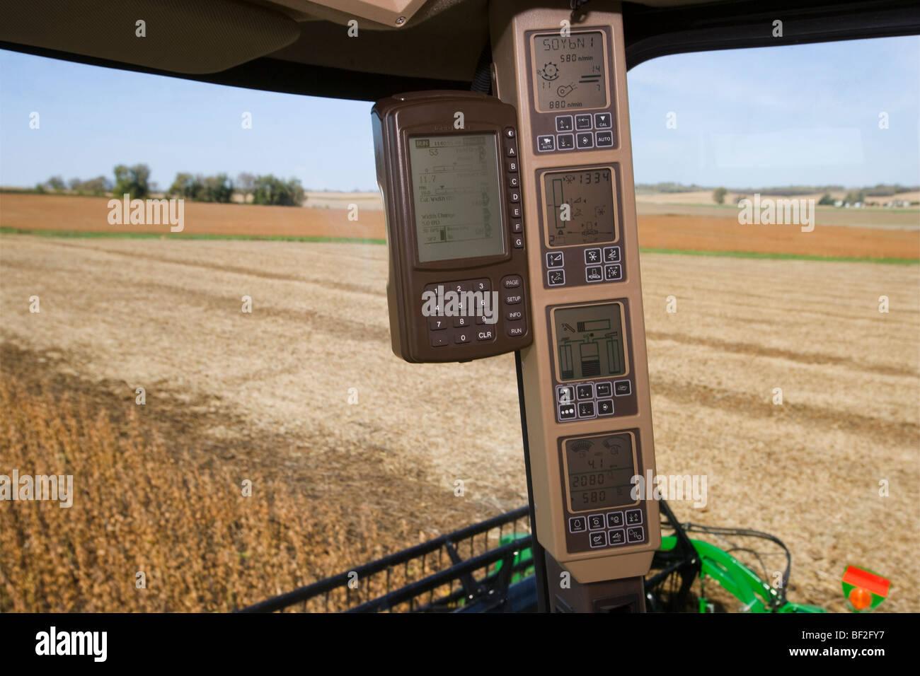 Innenansicht eines Mähdreschers während der Soja-Ernte zeigt den Ertrag Monitor und verschiedene kombinieren Stockbild