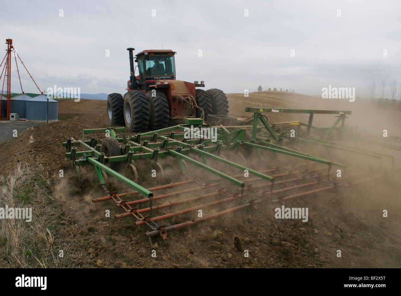 Ein Traktor und Grubber bereitet ein Feld für die Bepflanzung Garbanzo Bohnen / in der Nähe von Pullman, Stockbild
