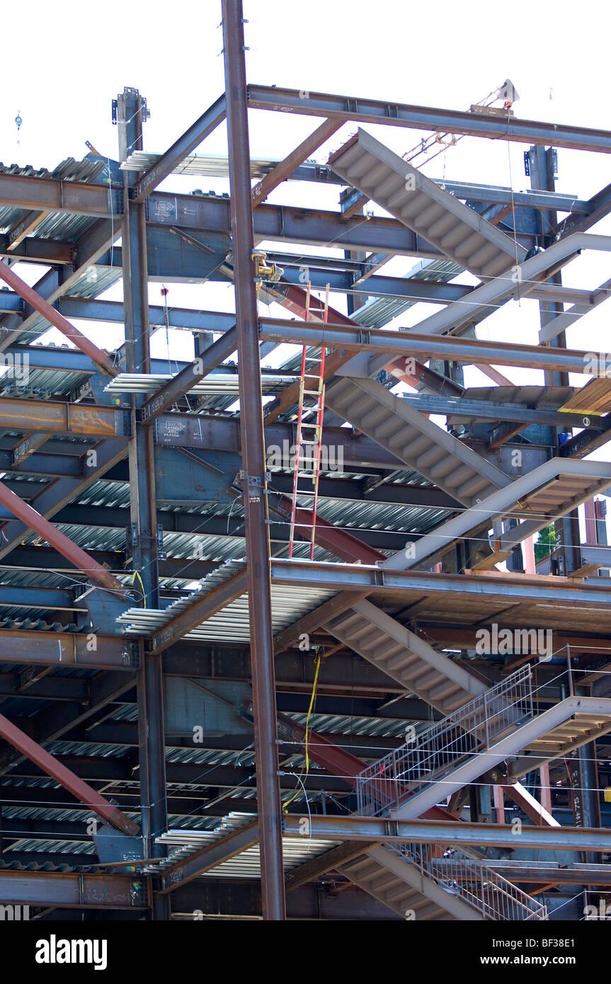 Hochhaus-Krankenhaus im Bau zeigt die Treppe Brunnen, Leitern und ...