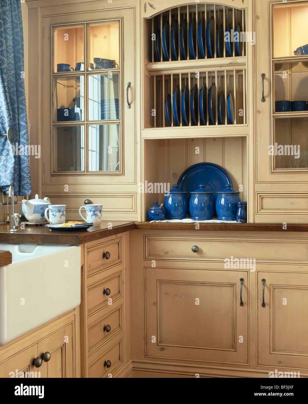 Tellerhalter in kleine Küche mit hellen Holz Wandschränke mit ...
