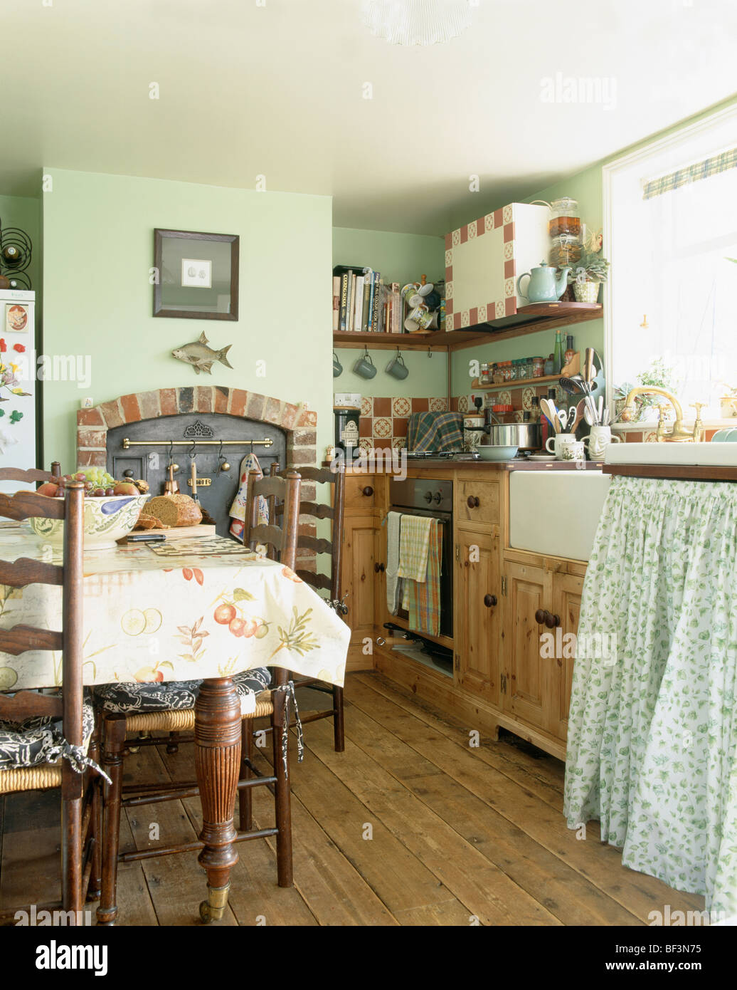 Traditional Furniture Kitchens Green Stockfotos & Traditional ...