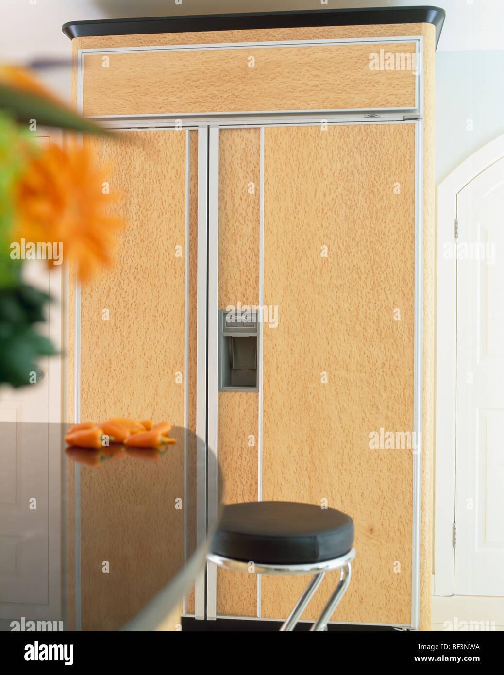 Großer amerikanischer Kühlschrank blass Holztüren in Einbauküche ...