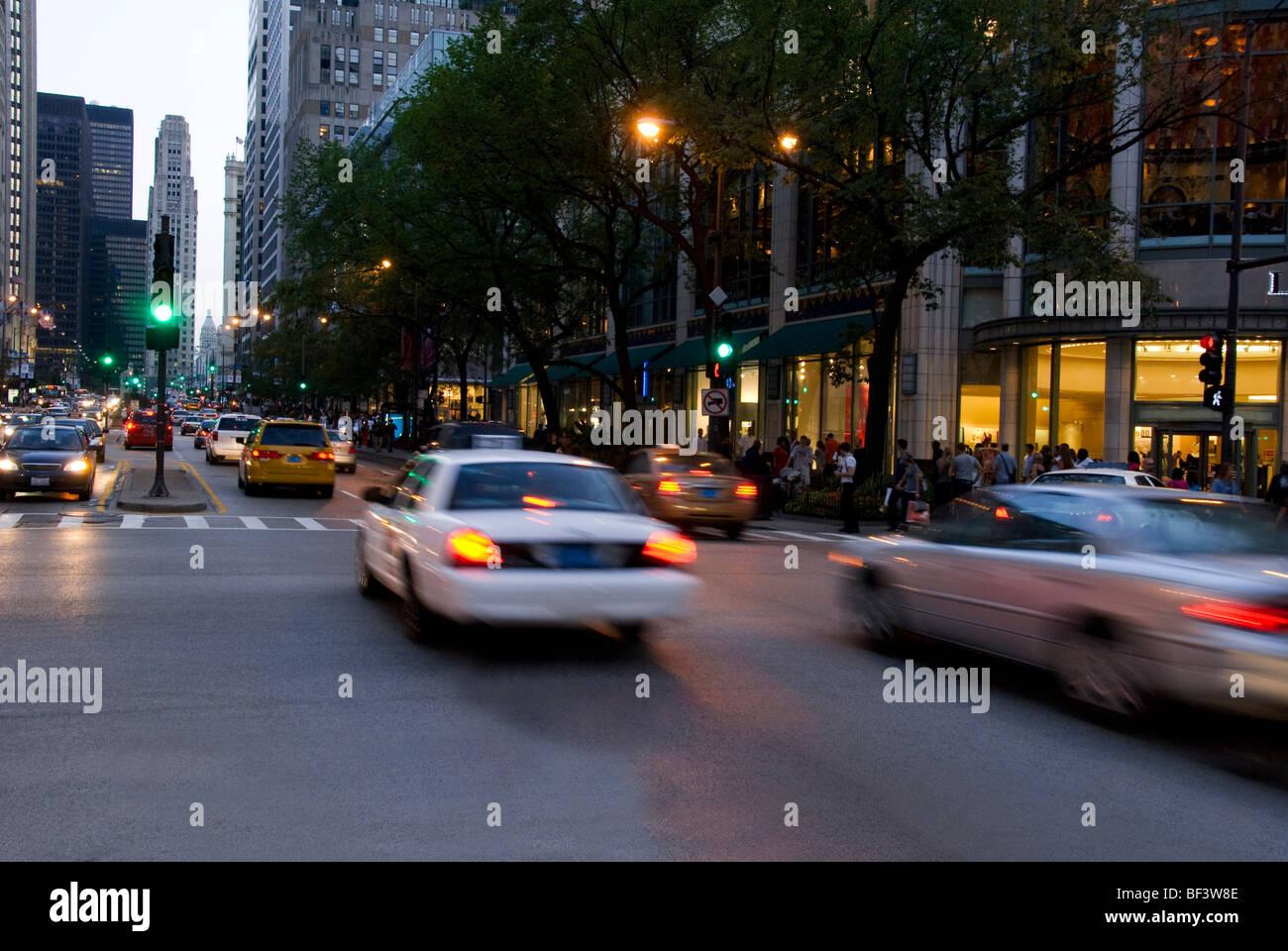 Verkehrs auf der Magnificent Mile in Chicago, Illinois, USA Stockbild