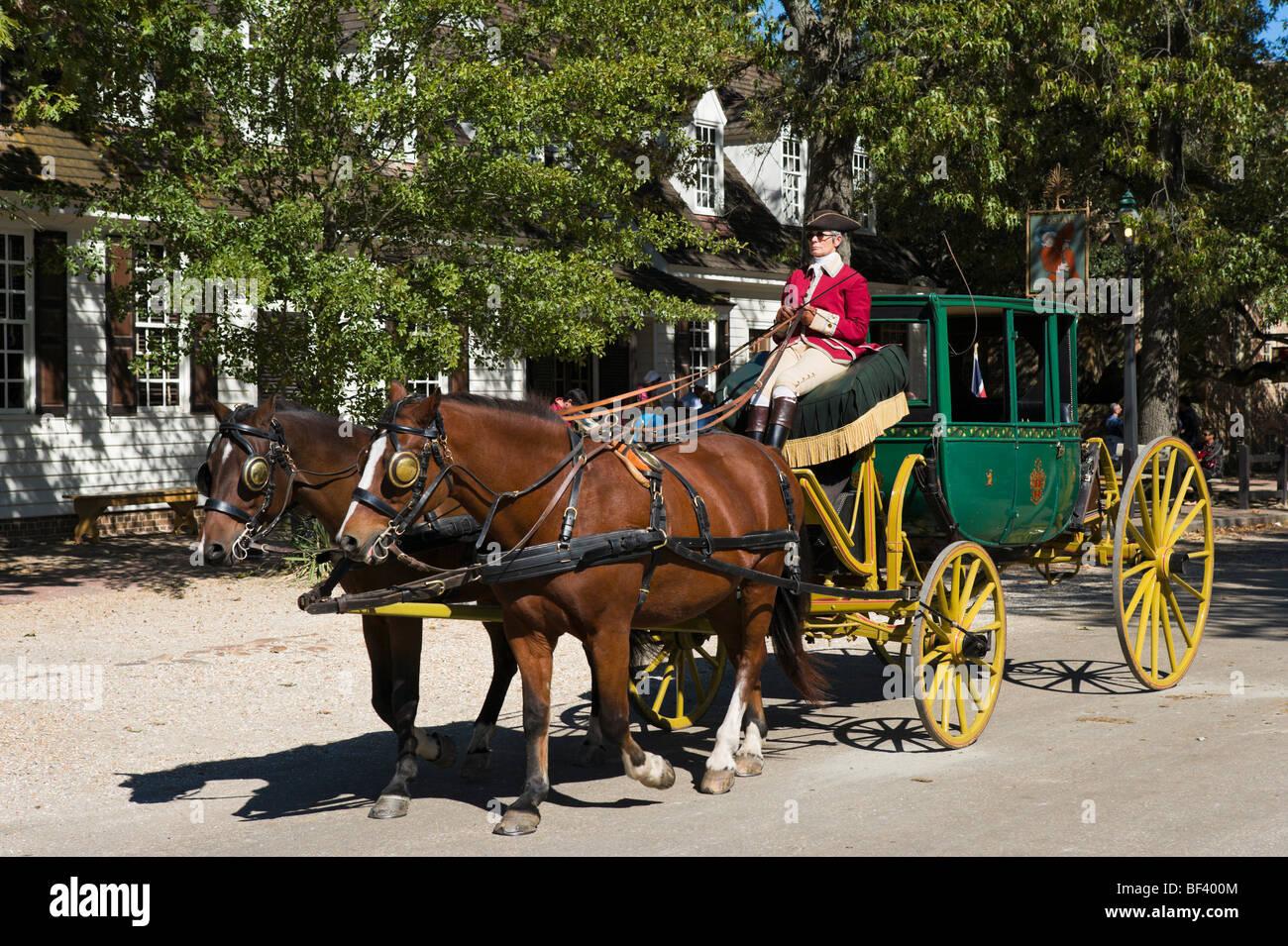 Pferde und Wagen auf Duke of Gloucester Street (die Hauptstraße), Colonial Williamsburg, Virginia, USA Stockbild