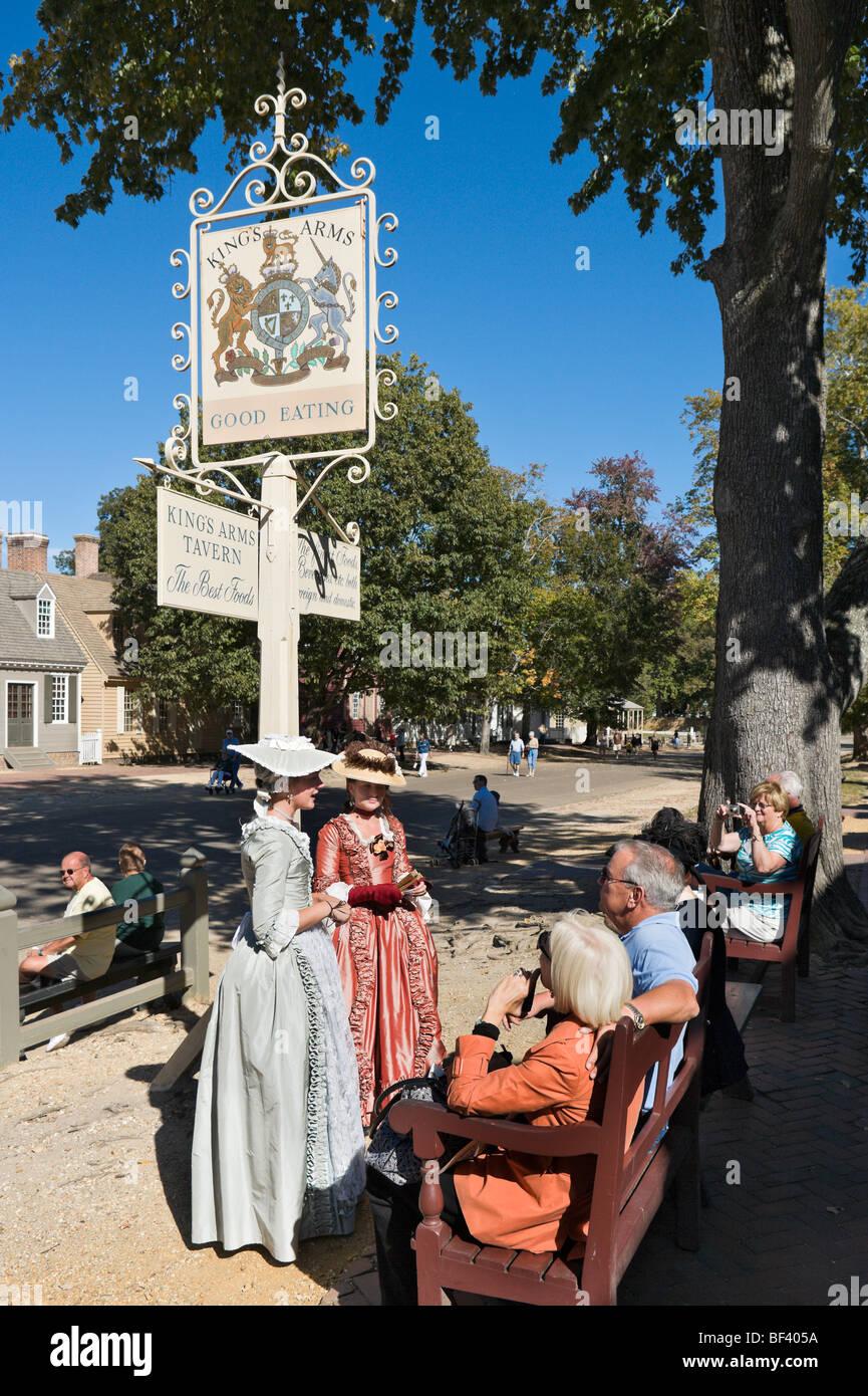 Kostümierte Führungen vor des Königs Arme Taverne am Duke of Gloucester Street, Colonial Williamsburg, Stockbild