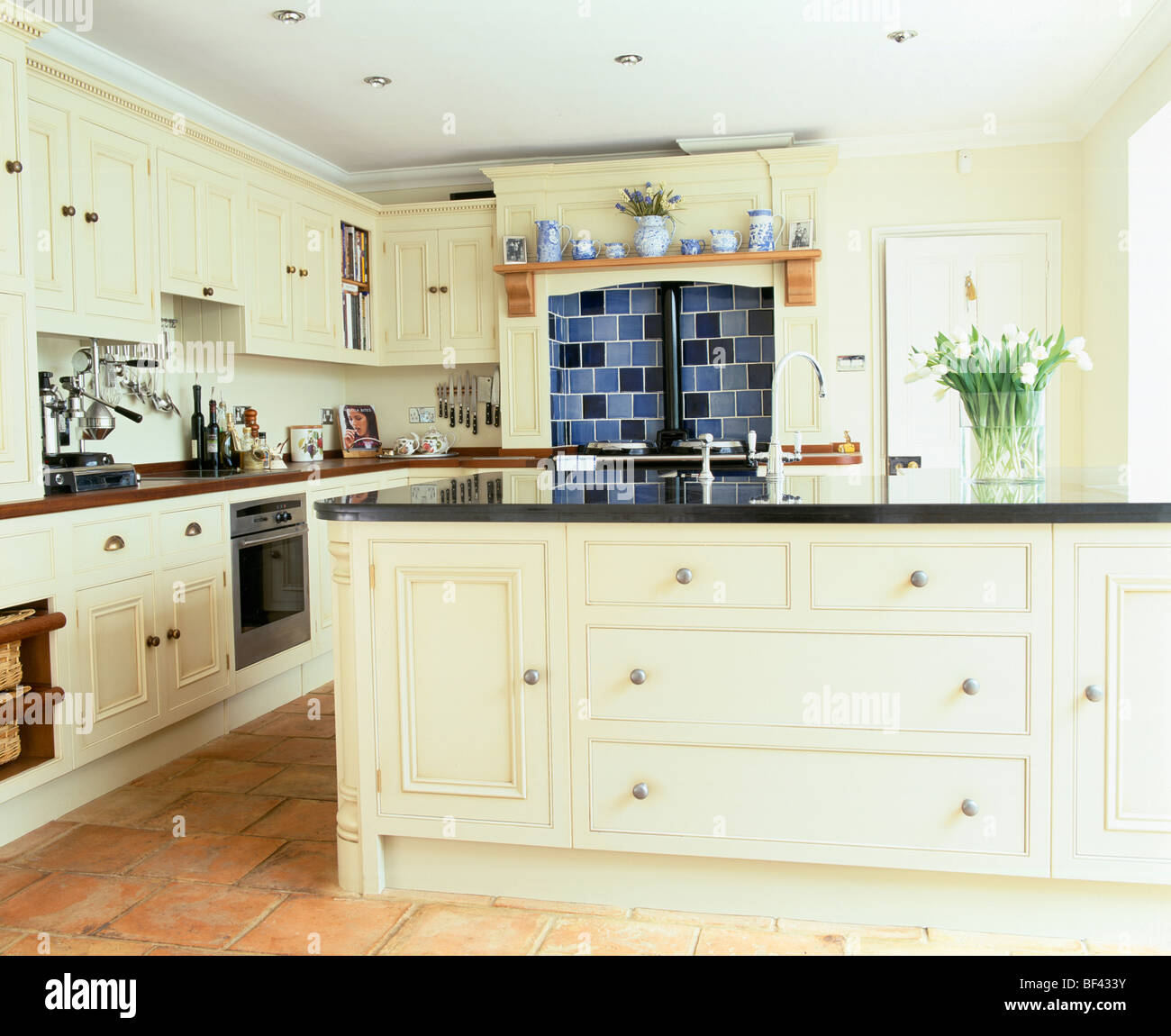 Große traditionelle Creme Landhaus-Küche mit Granit-erstklassige ...