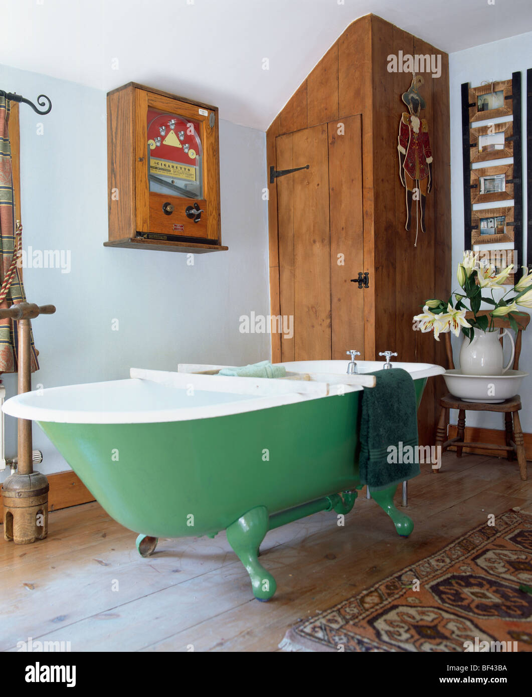 Green Roll Top Bad in Pastell blaues Haus Bad mit dunklem Holz ...