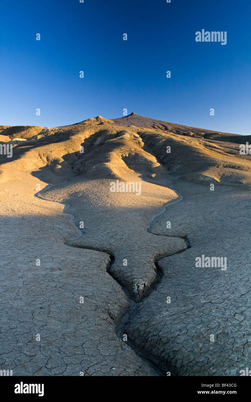 Spalten und Zeilen durch den Schlamm - Schlamm Vulkane Reservierung, Rumänien Stockbild