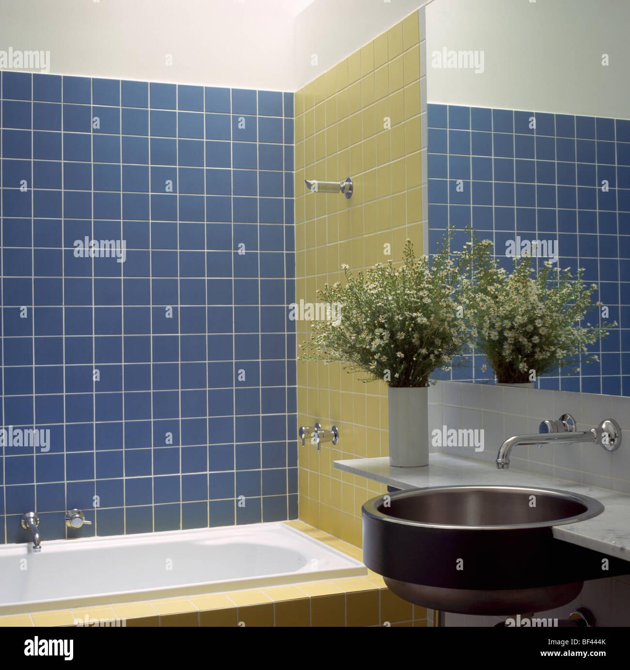 Dusche Uber Badewanne Im Modernen Blau Und Gelb Gefliesten