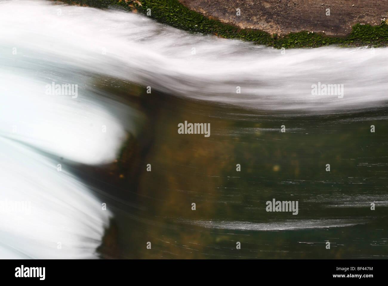 Wasser in einem Abflußkanal verlassen eines Kraftwerks Stockbild