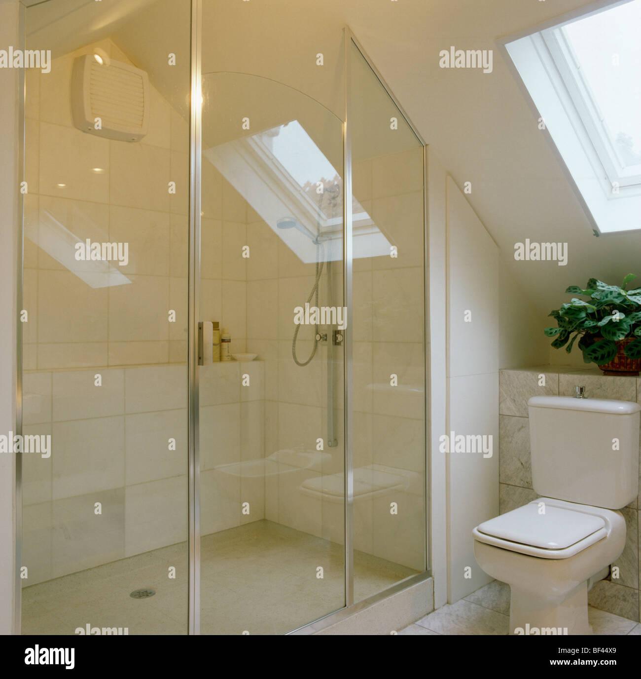 Glastüren Dusche im modernen weißen Loft Umbau Badezimmer Stockfoto ...