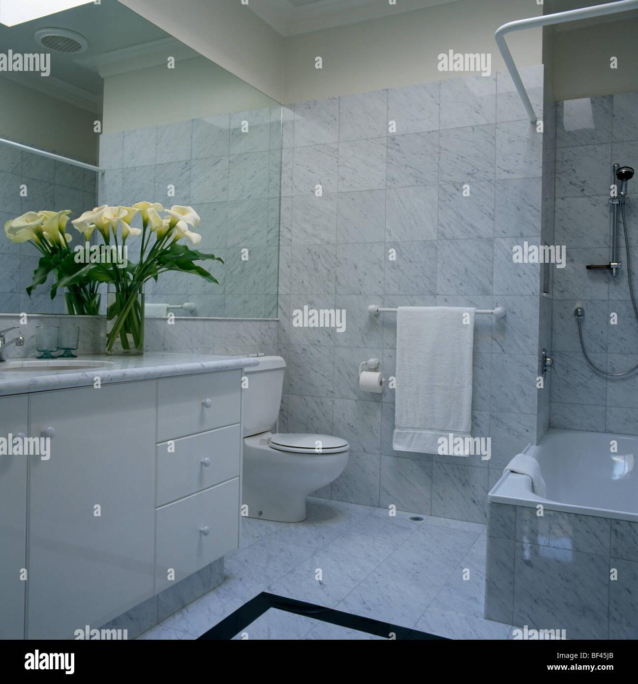 Moderne Marmor Geflieste Badezimmer Mit Weissen Arum Lilien Auf