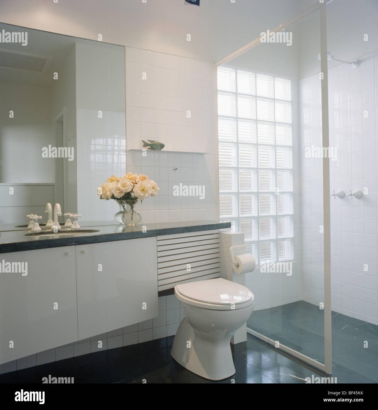 Glastür auf begehbare Dusche im modernen weißen Badezimmer mit Glas ...
