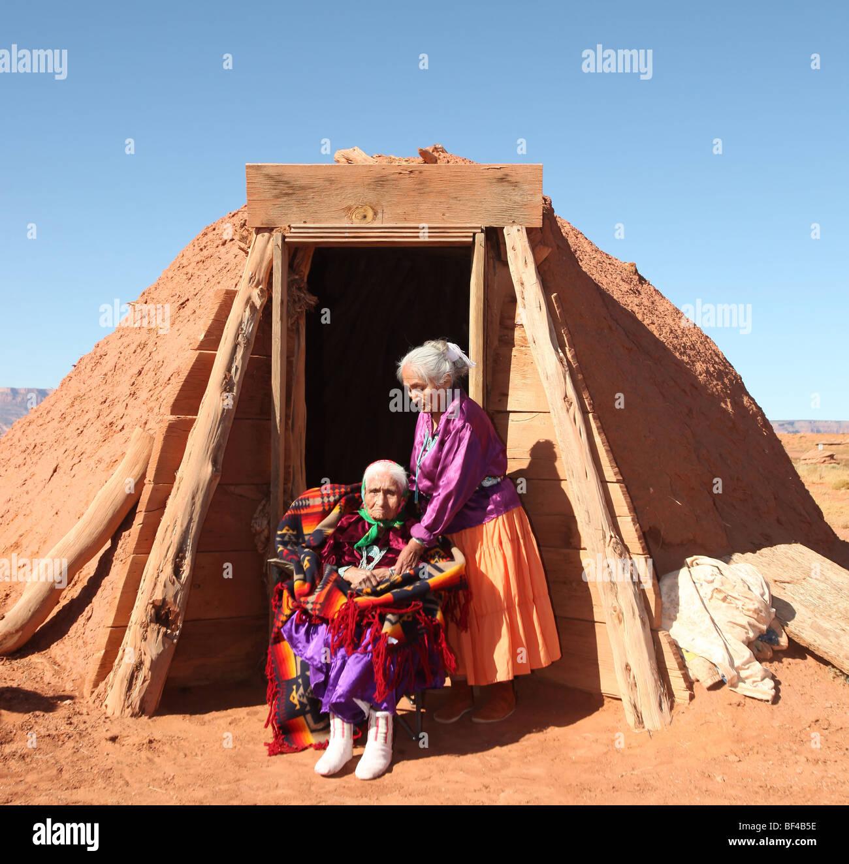 Navajo Familie von 2 Frauen im Freien vor Familie Hogan Stockbild