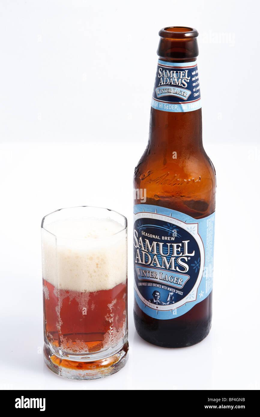 Kaltes Bier in ein Glas gegossen Stockbild