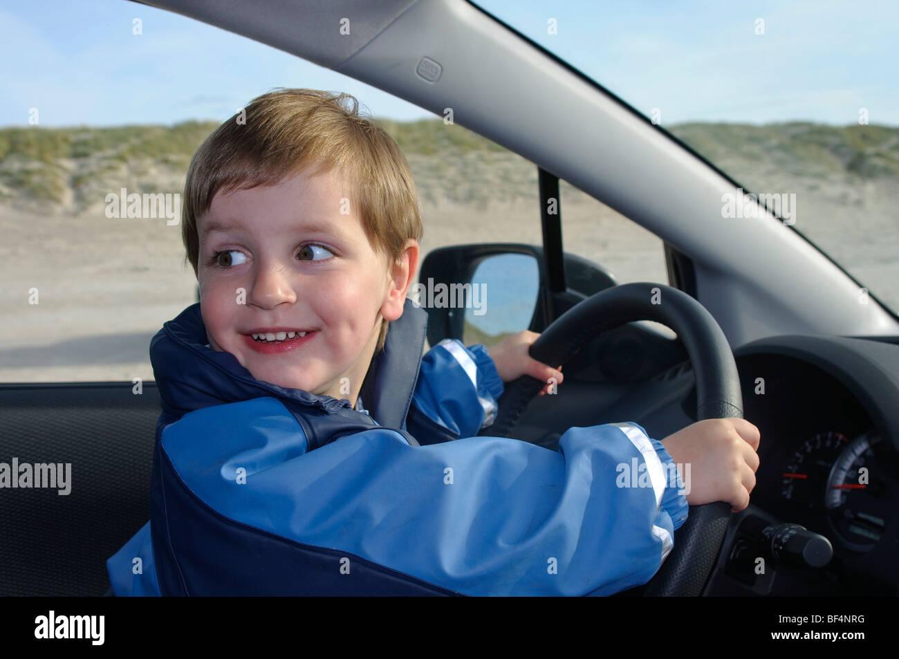 kleiner junge 2 jahre sitzt am steuer eines autos stockfoto bild 26535140 alamy. Black Bedroom Furniture Sets. Home Design Ideas