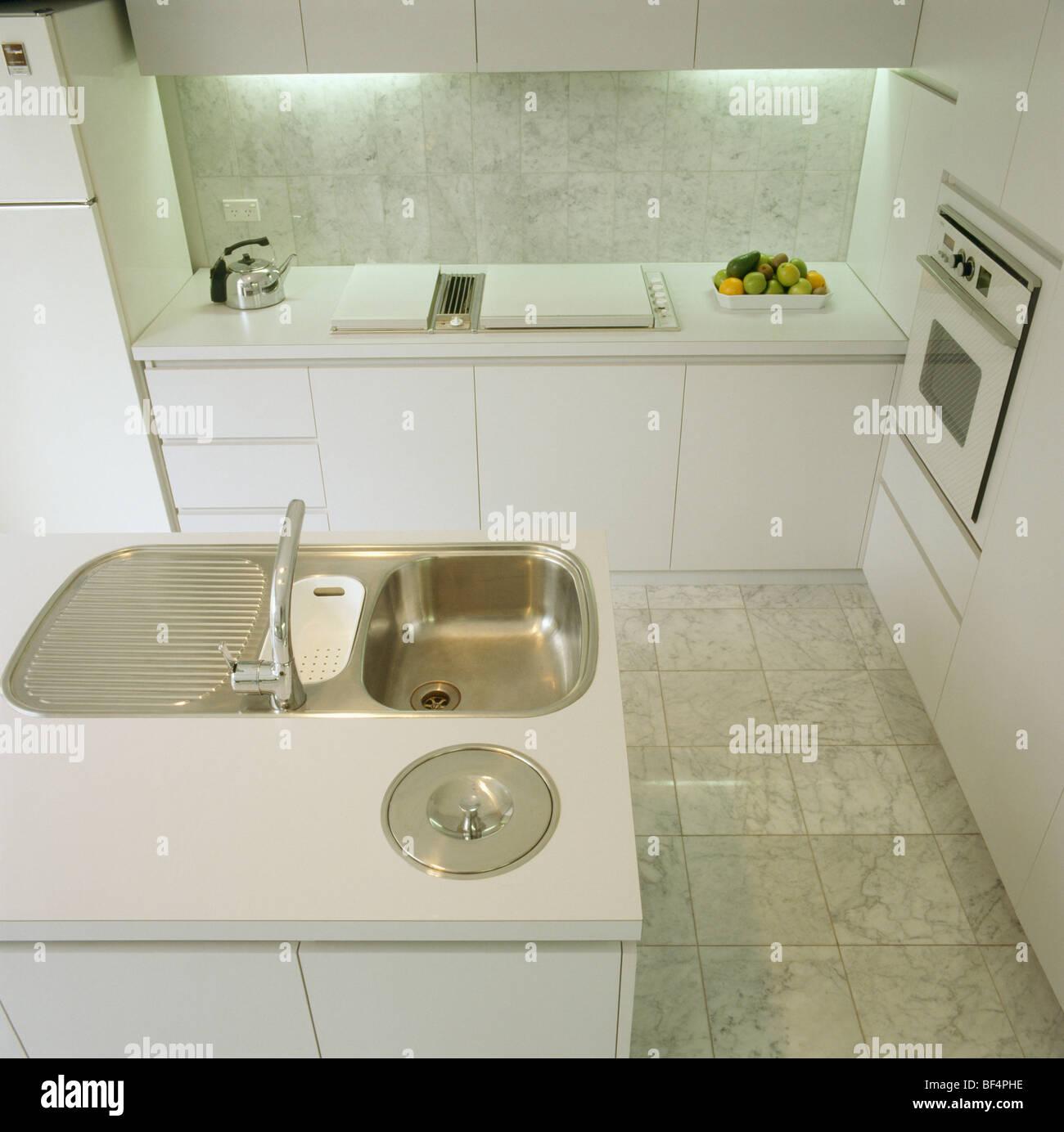 Insel-Einheit mit Edelstahl-Spüle in modernen weißen Küche mit ...