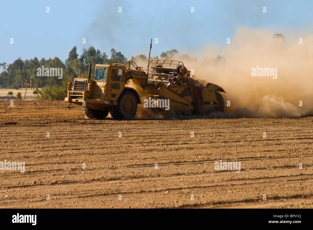 Ein Land-Aufsteiger bereitet ein Feld in der Vorbereitung für die Pflanzung eines neuen Mandel Obstgarten / Stockbild