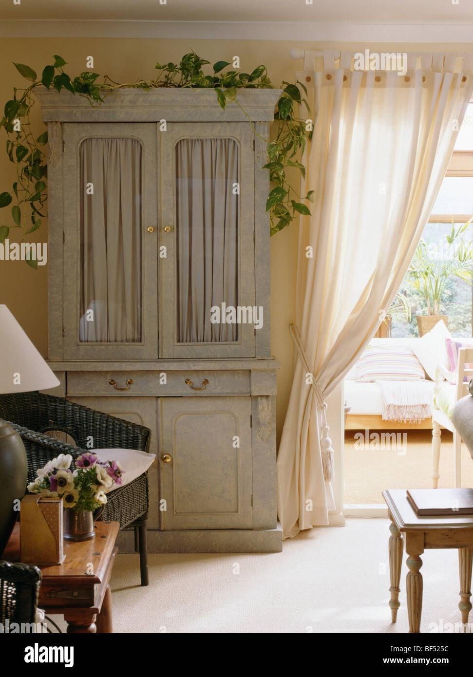 Creme Land Wohnzimmer Mit Pastell Grn Bemalten Schrank Neben Cremefarbene Vorhnge Wintergarten