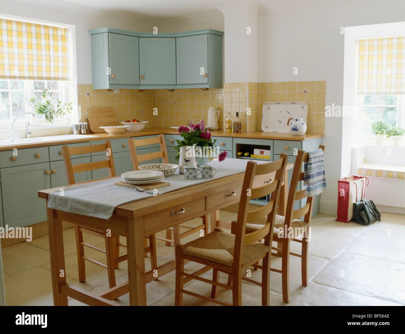 Holztisch und Stühle im Ferienhaus mit Pastell Türkis ausgestattet ...