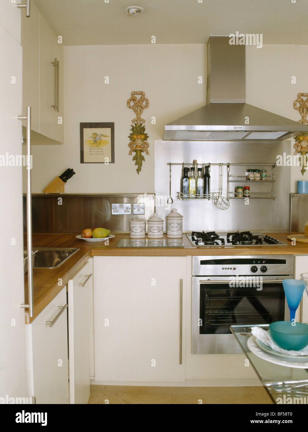 Kleine moderne Creme Küche mit Edelstahl-Abzugshaube über ...