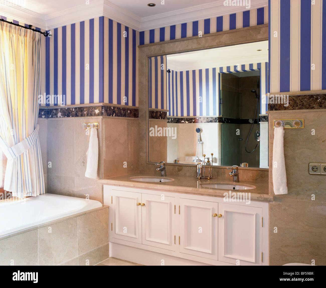 blau gestreifte tapete im modernen spanischen badezimmer mit spiegel ber doppelwaschbecken in. Black Bedroom Furniture Sets. Home Design Ideas