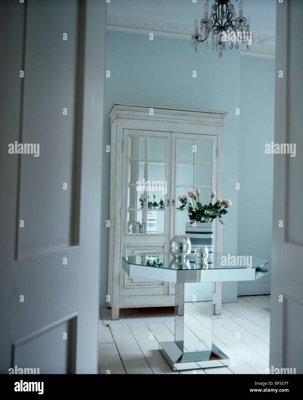 Tur Offen Fur Spiegelglas Tisch Und Weissen Schrank Mit Glasturen In