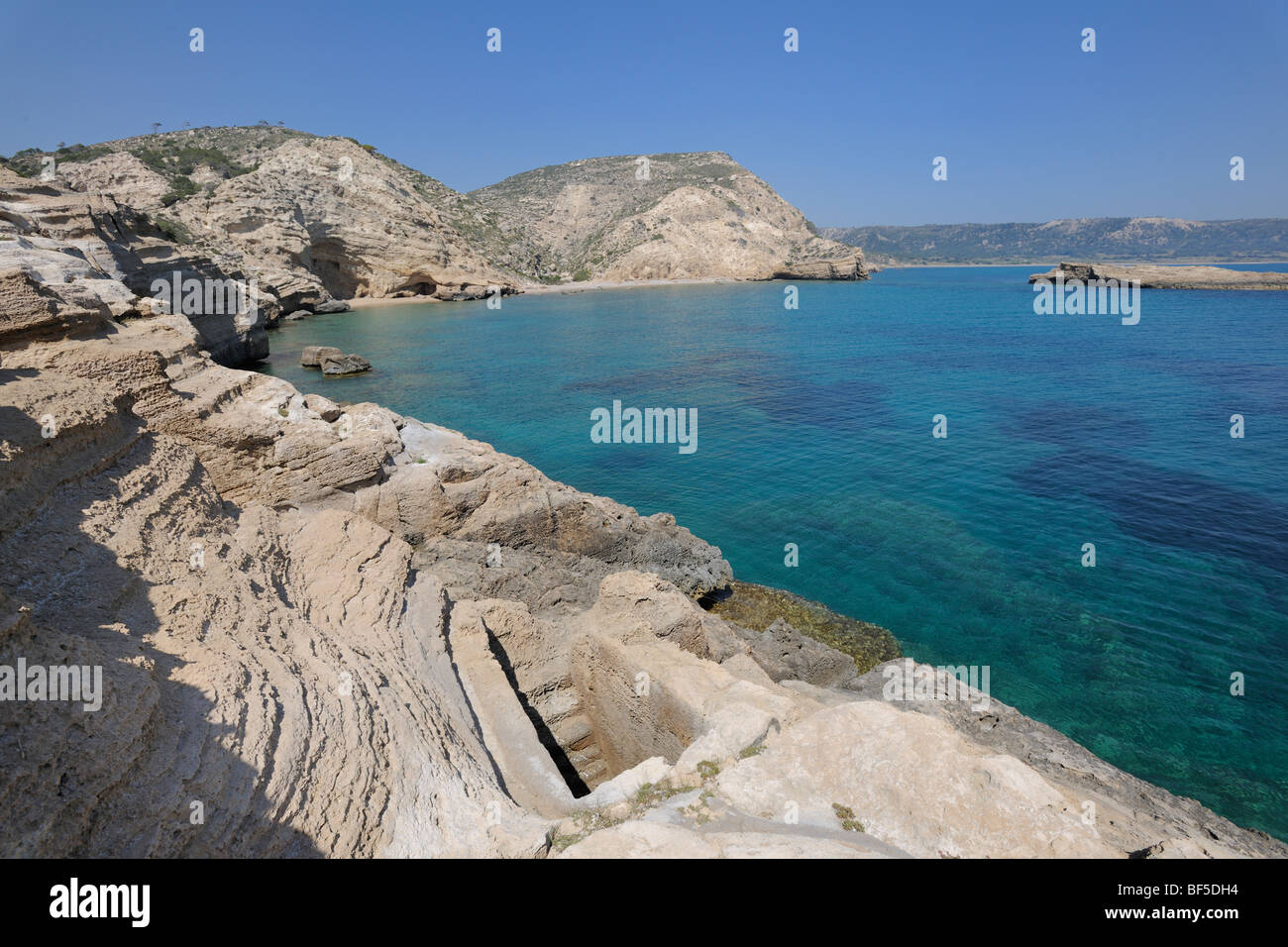 Pool geschnitzten Rock mit U-Bahn Anschluss an das Meer, vielleicht als ein Aquarium, Kap Fourni, Rhodos, Griechenland, Stockbild